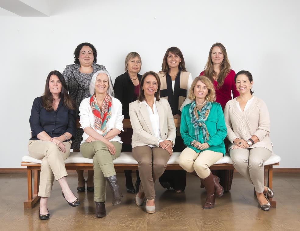 Arriba, de izquierda a derecha: Ingrid Cuadra, Juanita Manríquez, Pamela Correa y Loreto Patiño. Abajo, de izquierda a derecha: Janine Cooper, Patricia Bunster, Paula Pinto, Isabel Prieto y Ana María Riveros.